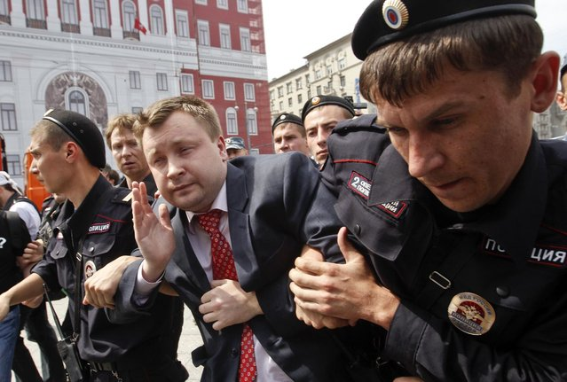 Russian police detain gay rights activist Nikolay Alexeyev during a rally outside the mayor's office in Moscow May 25, 2013. (Photo by Maxim Shemetov/Reuters)