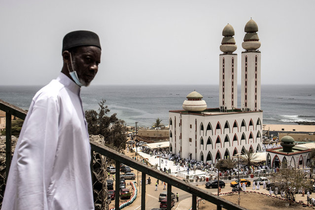 A Muslim worshipper makes his way to the Mosque of Divinity ahead of Faye Faat (The Compensatory Prayer) at the Mosque of Divinity in Dakar on May 7, 2021 as Faye Faat falls on the last Friday of the month of Ramadan. (Photo by John Wessels/AFP Photo)