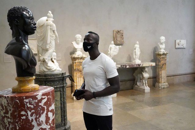 Timothy Musomba wears a mask while viewing sculptures at the newly re-opened Getty Center amid the COVID-19 pandemi,c Wednesday, May 26, 2021, in Los Angeles. (Photo by Marcio Jose Sanchez/AP Photo)