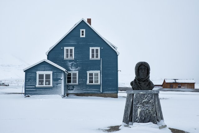 A scupted bust of Norwegian explorer Roald Amundsen is seen at the scientific base of Ny Alesund, in Norway, October 18, 2015. (Photo by Anna Filipova/Reuters)