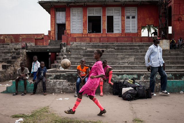 A player juggles before a match in Kinshasa on April 11, 2015. (Photo by Federico Scoppa/AFP Photo)