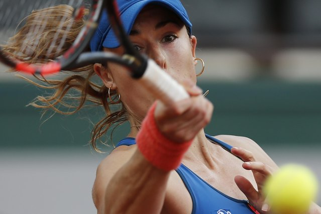 France's Alize Cornet returns in the first round match of the French Open tennis tournament against Italy's Roberta Vinci at the Roland Garros stadium, in Paris, France, Monday, May 25, 2015. (Photo by Christophe Ena/AP Photo)