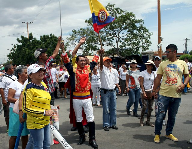A Colombian man, dressed as Simon Bolivar participates in a protest against the government of Venezuelan President Nicolas Maduro, at the Simon Bolivar bridge border with Venezuela, in Cucuta, September 6, 2015. Brazil and Argentina's foreign ministers visited Bogota on Friday in an effort to kick-start dialogue between Colombia and Venezuela over a border crisis that has seen more than 16,000 Colombians leave their adopted home. (Photo by Manuel Hernandez/Reuters)