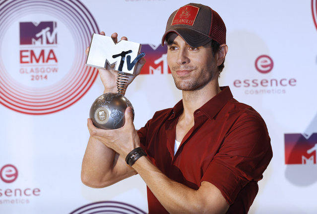 Best World Stage award winner Enrique Iglesias poses during the 2014 MTV Europe Music Awards at the SSE Hydro Arena in Glasgow. (Photo by Russell Cheyne/Reuters)
