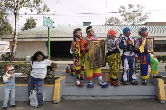 Clowns take part in the annual pilgrimage to the Basilica of Our Lady Guadalupe to pay homage to the Virgin of Guadalupe in Mexico City December 16, 2014. Dressed in colourful costumes, hundreds of clowns from all over Mexico walked towards the Basilica to give thanks to the virgin for the work they have received. (Photo by Carlos Jasso/Reuters)