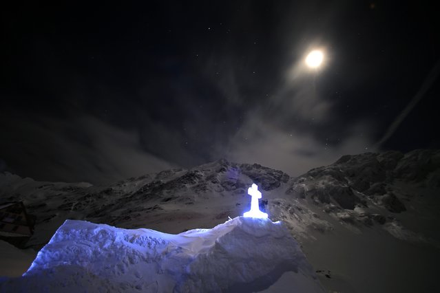 A church made entirely from ice is seen during the night at Balea Lac resort in the Fagaras mountains January 29, 2015. (Photo by Radu Sigheti/Reuters)