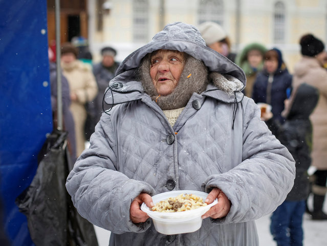 A woman holds her free meal during a charity event organised for homeless and poor people near a cathedral in southern city of Stavropol, Russia January 29, 2017. (Photo by Eduard Korniyenko/Reuters)