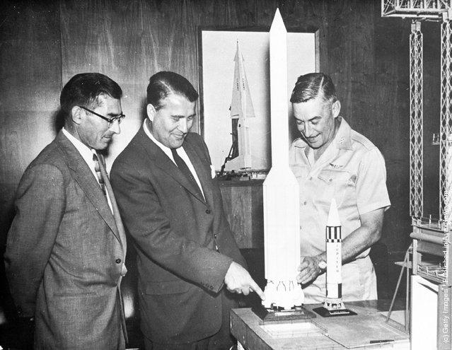 1959: German rocket scientist Wernher von Braun (1912 - 1977) explains how his Jupiter rocket will work