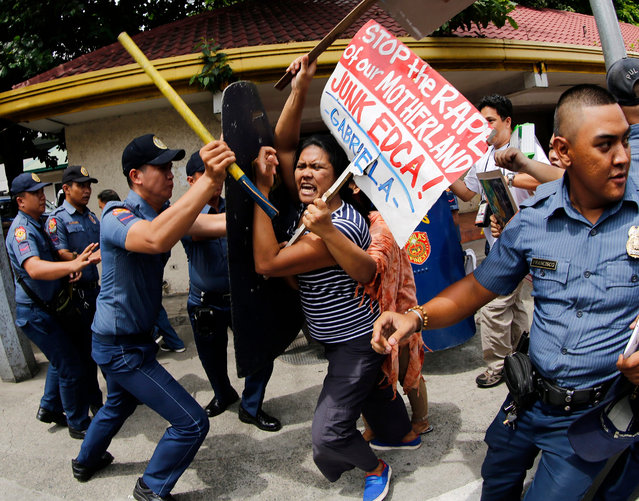 Filipino activists scuffle with policemen during a protest rally in front of the US embassy in Manila, Philippines, 16 September 2016. According to the leader of the protestors, the demonstration was organized to show support for President Rodrigo Duterte's remarks on September 12, that he wants US forces out in southern Philippines as he blamed Washington for the conflict and security threats and for the killings of Muslim Filipinos during a US pacification campaign in the early 1900s. (Photo by Francis R. Malasig/EPA)