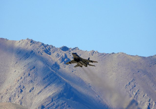 An Indian fighter plane flies over a mountain range in Leh, in the Ladakh region, September 9, 2020. (Photo by Reuters/Stringer)