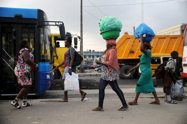 Women sell drinks along a road in Lagos, Nigeria, November 20, 2015. (Photo by Akintunde Akinleye/Reuters)
