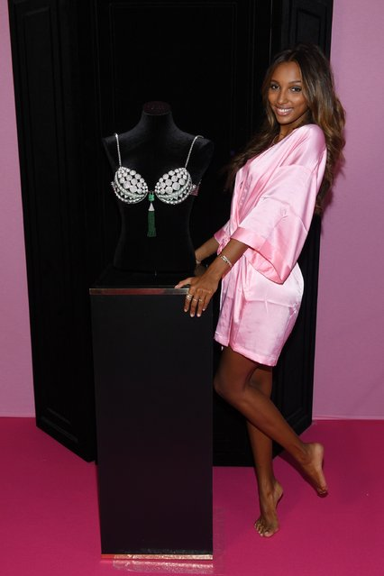 Jasmine Tookes poses with the Fantasy Bra prior the 2016 Victoria's Secret Fashion Show on November 30, 2016 in Paris, France. (Photo by Dimitrios Kambouris/Getty Images for Victoria's Secret)