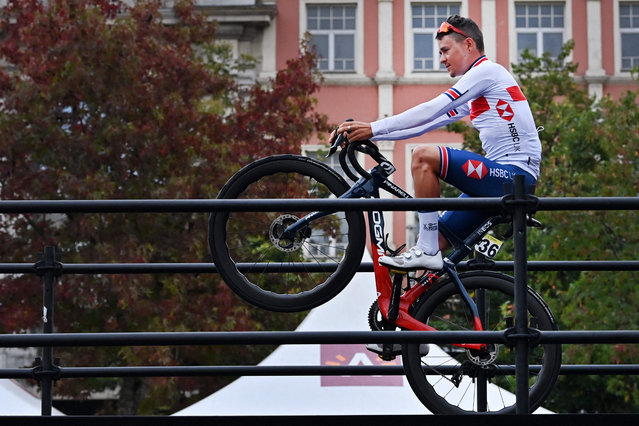 Britain's Tom Pidcock pull the front wheel up prior to the start of the elite men road race of the UCI World Championships Road Cycling Flanders 2021, 268,3km from Antwerp to Leuven on September 26, 2021. (Photo by Dirk Waem/AFP Photop)