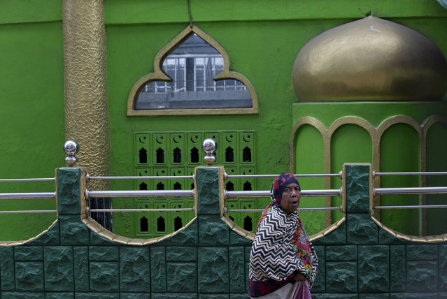 A Muslim woman walks outside a Mosque in Colombo, Sri Lanka, Friday, April 26, 2019. Religious leaders cancelled large public gatherings amid warnings of more attacks, along with retaliatory sectarian violence in Sri Lanka though some still planned to hold communal Friday prayers at mosques. (Photo by Gemunu Amarasinghe/AP Photo)