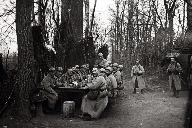 An undated archive picture shows French troops from the rear guard eating lunch near Arras, Northern France. (Photo by Collection Odette Carrez/Reuters)