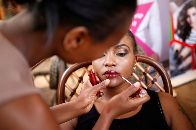 A makeup artist applies makeup to a model before a plus size fashion show in Nairobi, Kenya, October 7, 2017. (Photo by Baz Ratner/Reuters)