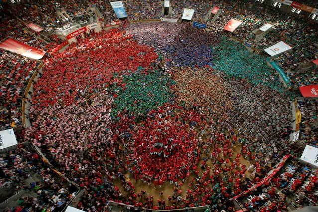 """Colla Joves Xiquets de Valls form a human tower called """"castell"""" during a biannual competition in Tarragona city, Spain, October 2, 2016. (Photo by Albert Gea/Reuters)"""