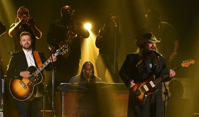Justin Timberlake (L) and Chris Stapleton perform a medley of songs at the 49th Annual Country Music Association Awards in Nashville, Tennessee November 4, 2015. (Photo by Harrison McClary/Reuters)