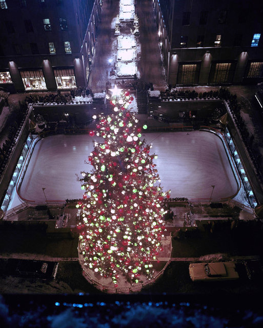 Christmas Tree Decorations in New York City's Rockefeller Center during the Christmas Holiday Season of 1959. (Photo by AP Photo)