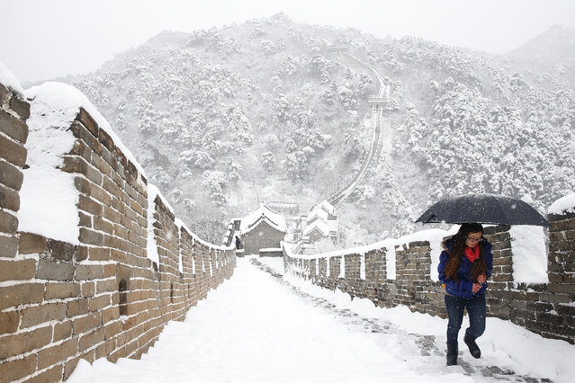 Tourist visit the Mutianyu Great Wall covered in snow at Huairou District on November 22, 2015 in Beijing, China.  (Photo by Lintao Zhang/Getty Images)