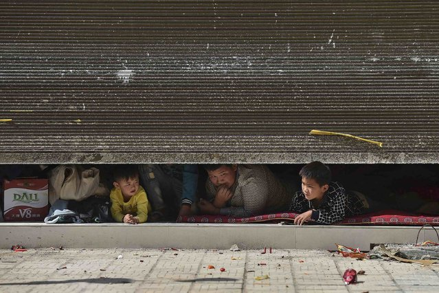 Kokang children play firecrackers ahead of the Chinese Spring Festival at China's border town with Myanmar, Nansan, Yunnan province, February 17, 2015. (Photo by Reuters/Stringer)