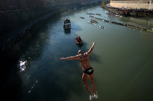 Simone Carabella dives into the Tiber river from Cavour bridge in Rome as part of new year celebrations on January 01, 2017. (Photo by Filippo Monteforte/AFP Photo)