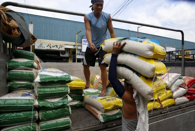 Workers unload sacks of locally produced rice to be sold at a retail shop in BF Homes, Paranaque, Metro Manila March 1, 2016. (Photo by Erik De Castro/Reuters)