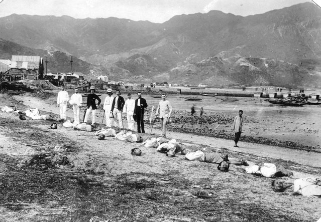Officers of the Argyll and Sutherland Highlanders stand behind the decapitated bodies of the Nomoa Pirates in Kowloon, Hong Kong Territories, 1891. The officers were there to supervise the executions. (Photo by General Photographic Agency/Getty Images)