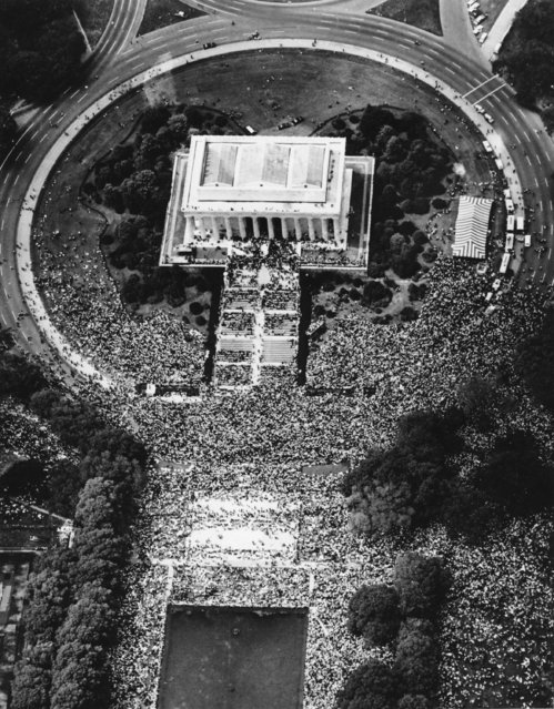 An aerial view from a helicopter shows the March on Washington at Lincoln Memorial in D.C. on August 28, 1963. Over 250,000 people fighting for pending civil rights laws, such as desegregation, gathered at the Lincoln Memorial after a sign-carrying parade from the Washington Monument grounds. (Photo by AP Photo)