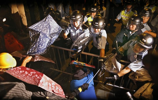 Policemen clash with pro-democracy protesters during a rally close to the chief executive office in Hong Kong, November 30, 2014. (Photo by Tyrone Siu/Reuters)
