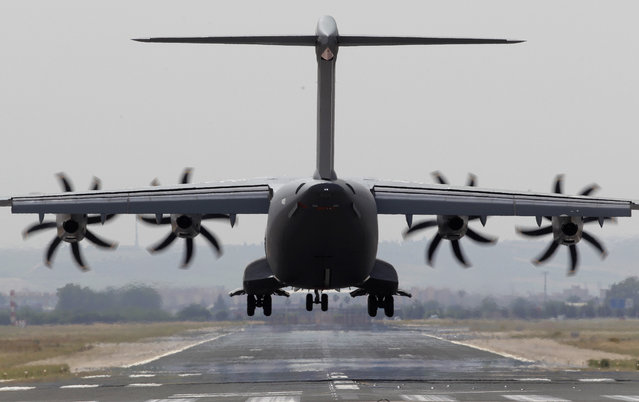 An Airbus A400M aircraft lands in the Seville airport, Spain, on Tuesday, May 12, 2015. Spain has withdrawn flying permission for Airbus A400M planes in production phase until an investigation determines the cause of a crash last weekend near the southern city of Seville that killed two pilots and two flight test engineers, Defense Minister Pedro Morenes said Tuesday. (Photo by iguel Angel Morenatti/AP Photo)