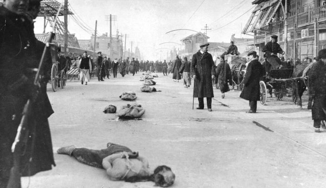 Victims of the Chinese Revolution lie beheaded in the street, 1911. (Photo by Hulton Archive/Getty Images)