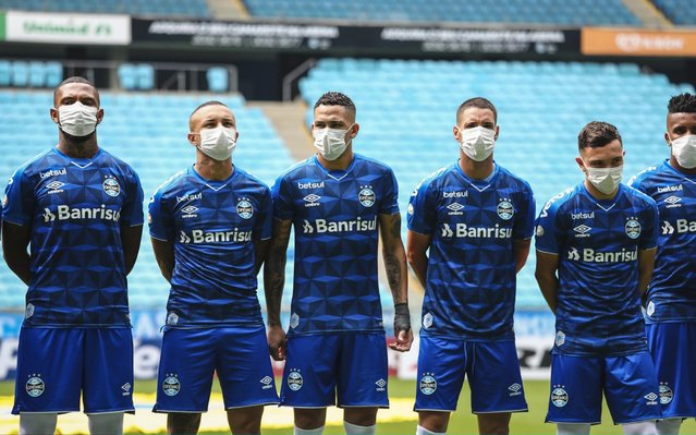 Players of Gremio wearing masks before the match between Gremio and Sao Luiz as part of the Rio Grande do Sul State Championship 2020, to be played behind closed doors at Arena do Gremio Stadium, on March 15, 2020 in Porto Alegre, Brazil. The Government of the State of Rio Grande do Sul issued a list of new guidelines to help prevent the spread of the Coronavirus which included games played with closed doors and no public. According to the Ministry of Health, as of Saturday, March 14, Brazil had 121 confirmed cases of coronavirus. (Photo by Lucas Uebel/Getty Images)