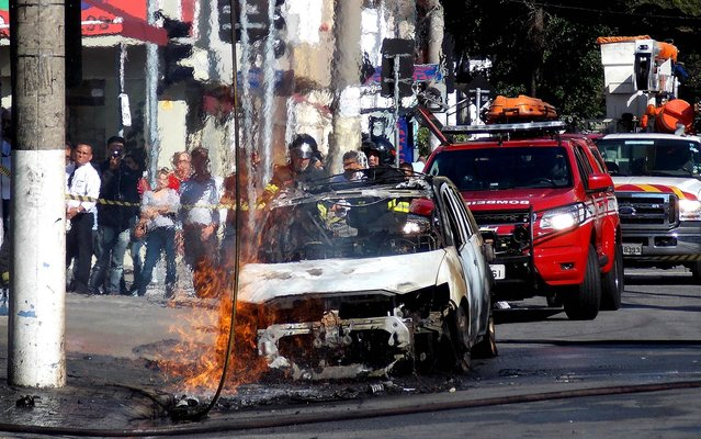 Dangling high tension electric wire fell on the car and caused the fire at Rua João Cachoeira, in Itaim Bibi, south of São Paulo, on August 21, 2014. (Photo by Alexandre Serpa/Futura Press/Estadão Conteúdo)