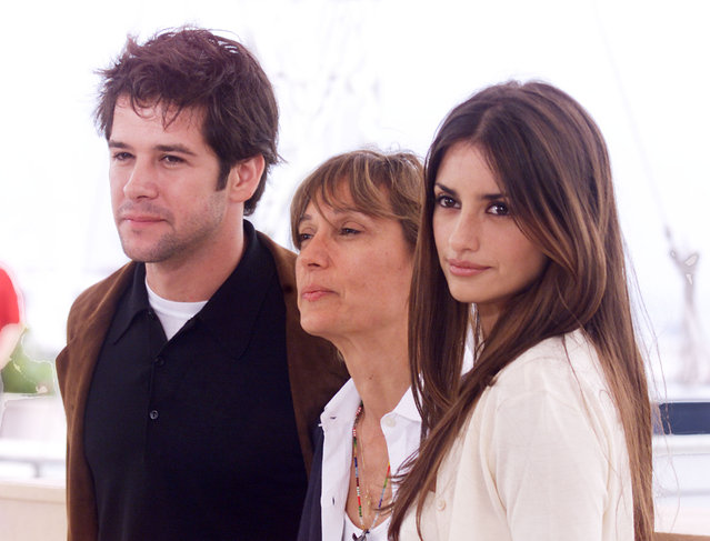 """Actress Penelope Cruz (right) with director Fina Torres (center), and actor Murilo Benicio at the photo call for the film """"Woman on Top"""" at the 53rd Cannes Film Festival in Cannes, France, 2000. (Photo by Frank Micelotta/Getty Images)"""
