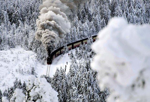 A train on a narrow-gauge railway line makes its way through the winter landscape near Wernigerode, Germany, December 8, 2012. (Photo by Jens Schlueter/Dapd)