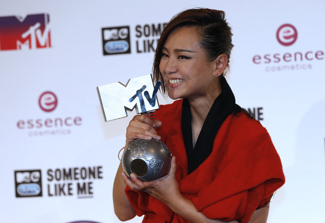 Best Worldwide Act award winner BiBi Zhou poses during the 2014 MTV Europe Music Awards at the SSE Hydro Arena in Glasgow. (Photo by Russell Cheyne/Reuters)