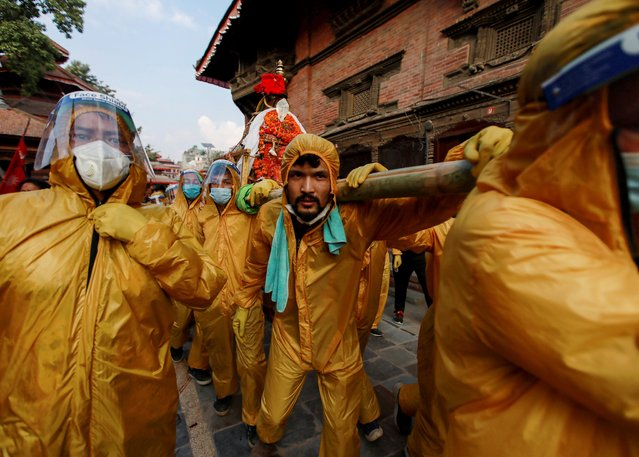Devotees wearing personal protective equipment (PPE), carry a chariot of Pachali Bhairab amid the spread of coronavirus disease (COVID-19), in Kathmandu, Nepal on October 21, 2020. (Photo by Navesh Chitrakar/Reuters)