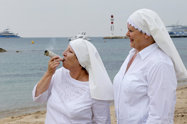 "Sister Kate and Sister Claire pose on the beach to promote the documentary film ""Breaking Habits?"" at the Cannes Film Festival on May 09, 2018 in Cannes, France. (Photo by Regis Duvignau/Reuters)"