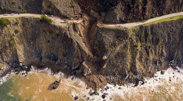 A section of Highway 1 is seen after it collapsed into the Pacific Ocean near Big Sur, California on January 31, 2021. Heavy rains caused debris flows of trees, boulders and mud that washed out a 150-foot section of the road. (Photo by Josh Edelson/AFP Photo)