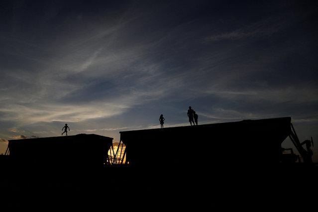 Ariel da Silva, Ariana da Silva, Daniel da Silva and their father Raimundo Jose da Silva play on top of a train wagon near the city of Salgueiro, Pernambuco state, northeastern Brazil, October 26, 2016. (Photo by Ueslei Marcelino/Reuters)