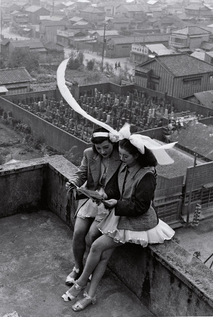 Dancers resting on the rooftop of the SKD Theatre Asakusa, Tokyo, 1949. (Photo by Tanuma Takeyoshi/The Guardian)