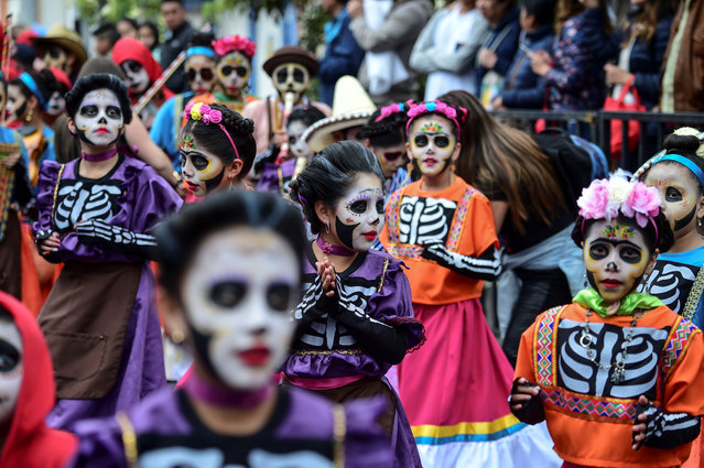 "Children take part in the ""Carnavalito"" children's parade during the Blacks and Whites Carnival in Pasto, Colombia, on January 2, 2018. (Photo by Juan Barreto/AFP Photo)"