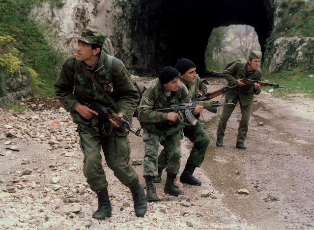 Bosnian Serb soldiers on patrol on a mountain road near the eastern Bosnian town of Gorazde, in a bid to prevent Bosnian Muslim troops from breaking through Serb lines to lift the Sarajevo siege, April 1994. (Photo by Reuters)