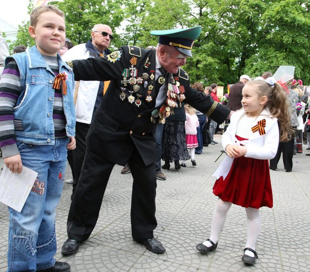 Ukraine veterans take part in the Victory Day anniversary event in Lugansk, Ukraine, 09 May 2014. On May 09 people of former USSR celebrate the 69th anniversary of the victory in the WWII over Nazi Germany. (Photo by Igor Kovalenko/EPA)