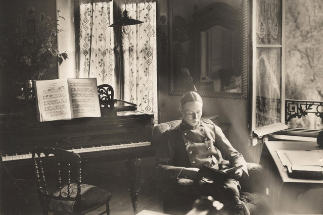 A German officer of Flieger Abteilung 280 reads a book in a chateau where he is stationed near the Western Front, in this 1918 handout picture. This picture is part of a previously unpublished set of World War One (WWI) images from a private collection. The pictures offer an unusual view of varied and contrasting aspects of the conflict, from high tech artillery to mobile pigeon lofts, and from officers partying in their headquarters to the grim reality of life and death in the trenches. The year 2014 marks the centenary of the start of the war. (Photo by Reuters/Archive of Modern Conflict London)