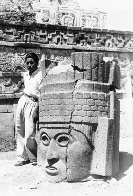 One of the idols was cracked, indicating that the invading Aztecs may have thrown it from a pyramid during a battle, shown in Mexico City, August 26, 1943. (Photo by AP Photo)