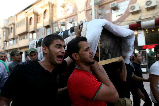Mourners carry the coffin of their relative during a funeral in Najaf, south of Baghdad, Iraq July 26, 2016. (Photo by Alaa Al-Marjani/Reuters)