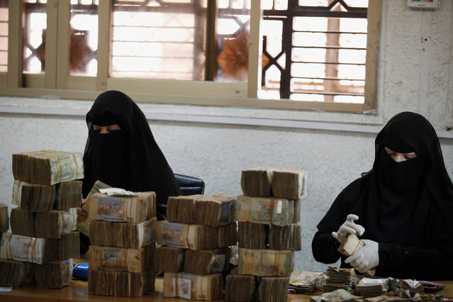 Workers count Yemeni currency at the Central Bank of Yemen in Sanaa August 24, 2016. (Photo by Khaled Abdullah/Reuters)