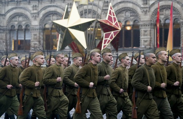 Servicemen, dressed in historical uniforms, march during a military parade in Red Square in Moscow, November 7, 2014. (Photo by Maxim Shemetov/Reuters)